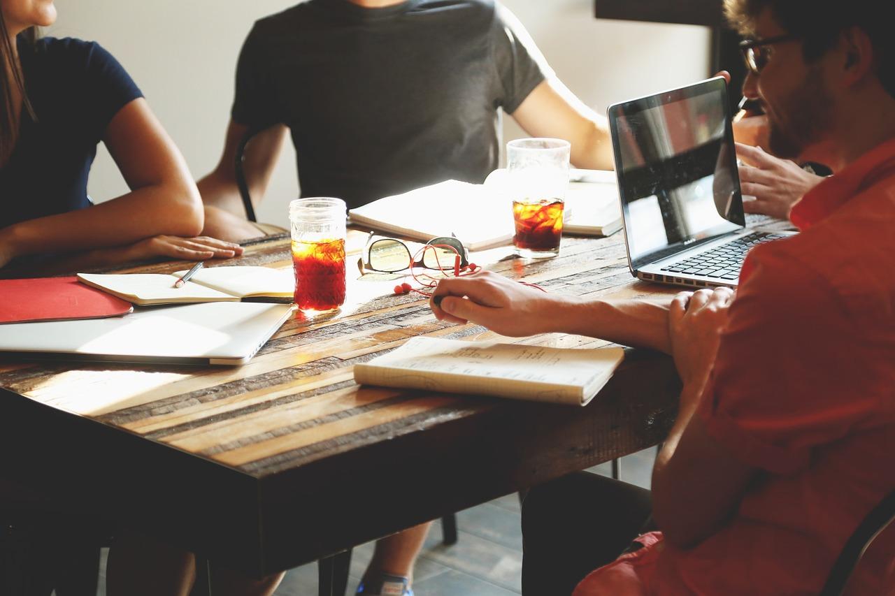 Quels sont les indispensables à prévoir pour l'organisation d'une conférence ?